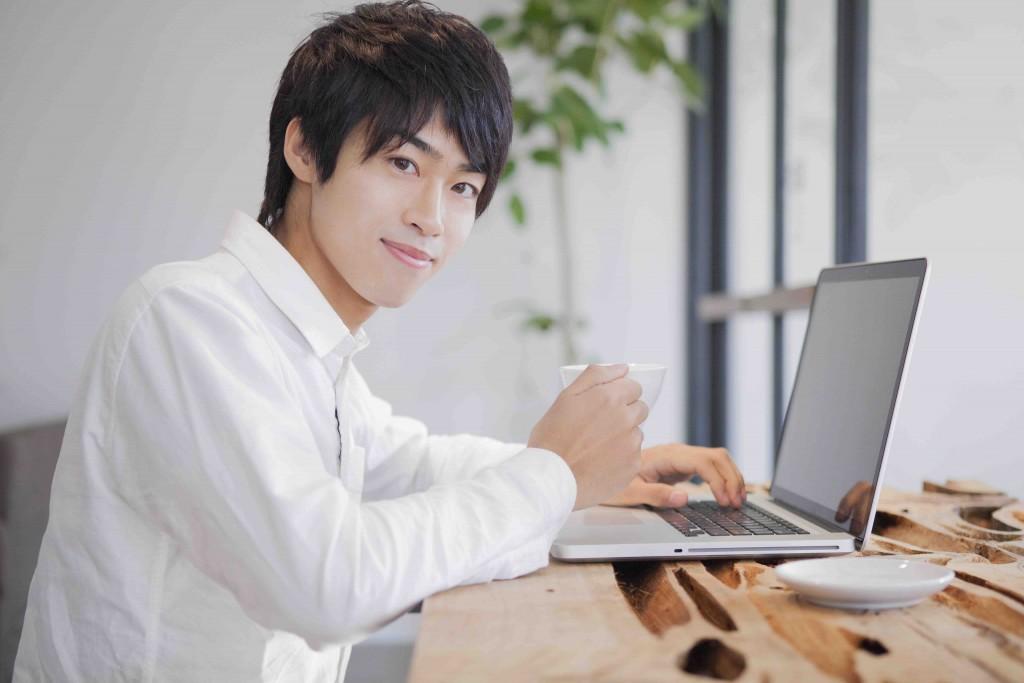 カフェでパソコンをしている男性